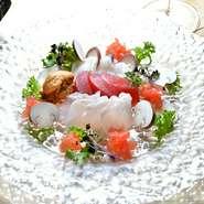 天然ものを中心に地場の魚屋の他、時には釣り師から直接仕入れることもある『本日の鮮魚のカルパッチョ』。その日に入荷した数種類の鮮魚から、好きな味を選ぶことができます。プラス300円で生ウニも付けられます。