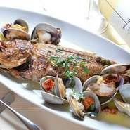その日に仕入れた鮮魚を1本丸ごと使用し、貝と一緒に煮焼きしてつくります。活きのいい魚を丸ごと調理することで、旨みたっぷりのダシがスープに溶け出し、最後まで楽しめる一皿に仕上がっています。