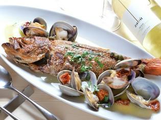 鮮魚を丸ごと1本使用した『本日の鮮魚の丸ごとアクアパッツァ』