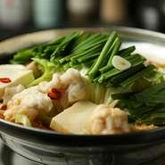 シマチョウ(小腸)は牛1頭から2kgしか取れない希少部位。それを「ニラ」「キャベツ」「しめじ」「豆腐」などとともにモツ鍋に。塩、醤油、味噌の3種のスープが選べる、本場博多仕込みの正統派モツ鍋です。
