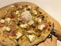 アツアツピザに温卵をのせて
