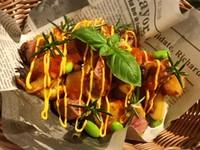 ポテトフライの上にアレコレ乗せちゃいました。 2種類のソースからお選びいただけます。香草バジリコの効いたジェノベーゼソースorトマトに唐辛子を効かせたアラビアータソース