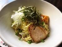 程よい濃さの正油ダレと中太麺が良く絡んで油っぽすぎず