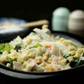 地元の野菜をふんだんに使用した『温玉のせシーザーサラダ』