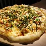 大好評のベーコンたっぷりとろ~りピザに仲間入り~♪ 同じ生地を使っておりふわふわもっちり食感が人気のピザです 是非食べに来てくださいね☻︎