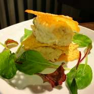 アンチョビガーリックポテトサラダ~パリパリチーズサンド~が新メニューに仲間入り アンチョビの入った大人なポテトサラダをパリパリチーズと一緒に召し上がれ♪