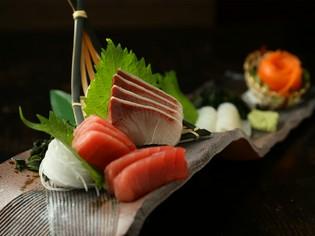 季節のオススメの魚介類で構成する『刺身大漁盛り』