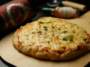 近隣の飲食店からも注文が入る『ベーコンたっぷりとろーりピザ』