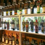 入り口左に「ワイン蔵」の棚があり、並んでいるボトルを見ながらオーダーできます。ワインはイタリア産のものを中心に、世界の銘柄を50~60種類ほどラインナップしています。
