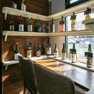 日本酒のメニューは用意されていません。そのかわり日本酒専用の棚が用意されているので、日本酒が飲みたい人はここで酒瓶を選んでオーダーしましょう。店主こだわりの地酒が豊富に揃います。