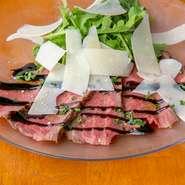 地元産のブランド牛「常陸牛」は脂身を取ってハーブ塩をまぶすなど丹念に下処理して焼き上げます。タタキ風ならではのレアな食感が魅力で、パルミジャーノチーズとバルサミコソースが味の決め手です。