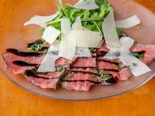 タタキ風のレアな焼き上がりが絶妙な『常陸牛のタリアータ』