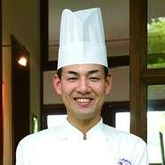 ゲストの笑顔のためだけに、全身全霊かける新井氏。生産者と食材への感謝を忘れずに、思いを込めて一つひとつの料理を作り上げています。「この味わいをより多くの人に伝えたい」という願いも込められています。