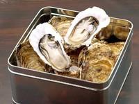 165円/100g スチールの1/3斗缶に詰め込んだ牡蠣を強火の酒蒸しにする、豪快な漁師料理です!