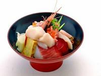 新鮮な北海道産の魚介を贅沢に盛り付けた『贅沢2色丼(ランチメニュー)』