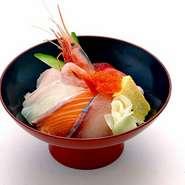 リーズナブルに楽しみたい時におススメ!お店の一番人気『海鮮丼(ランチメニュー)』