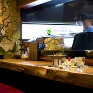 特徴的な金に桜の壁紙は、常に花見気分になれるようにと設えられたもの。食器も「料理が映えるものを」と店主自ら一つひとつ厳選しています。料理を雰囲気ごと味わえるよう、店主の神経が行き届いています。
