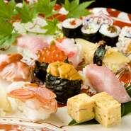 日本海に面した坂田市や鶴岡市で獲れる旬の魚介類を中心とした全国の鮮魚をネタに、その道50年のベテランが握ります。