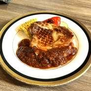 料理長が厳選して仕入れている、黒毛和牛のモモのブロック肉を燻製し、ローストビーフに仕上げた一品。肉を噛みしめると、スモーキーな香りがふんわりと香ります。赤ワインを使った自家製ソースとの相性も抜群。