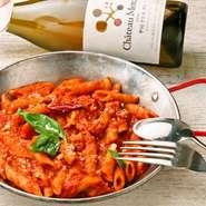 プロセスチーズを6時間温燻製した後、特注の熟成ケースで数時間から数日熟成させて完成。手間ひまがかかっている分、通常の燻製チーズよりも旨味成分が多く、雑味のない美味しさを楽しめます。店の鉄板メニュー。