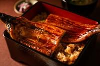 真菜やでついにテイクアウトメニューが登場 真菜やの本気の1品 国産の鰻1尾丸々使った贅沢な鰻重です。 ご家庭でも「真菜や」のお味をお楽しみ下さい。 (テイクアウト・デリバリーで価格が異なります)