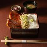 真菜やでついにデリバリーメニューが登場 鰻1尾丸々使った鰻重に、とろろもおつけしたさらに贅沢な一品です。 ご家庭でも「真菜や」のお味をお楽しみ下さい。 (テイクアウト・デリバリーで価格が異なります)