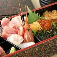 神奈川県三浦半島に位置する三崎港、ここで水揚げされた種類豊富な地魚を厳選仕入れ。その時季に一番美味しい、良質な素材が揃っています。鮮度抜群で、味わいも格別な素材の魅力をたっぷり満喫できます。