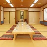 2階には、広々とした宴会場が設けられており、10名~最大40名まで利用できます。小グループの場合は、衝立で視線を遮って、半個室に。歓送迎会や法事などにも適しています。コースの予算や時間も相談可能です。