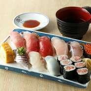 まぐろ4種(大トロ・中トロ・赤身・ビントロ)に加え、地魚や軍艦、玉子、ネギトロ巻など、その日のおすすめ寿司盛り合わせ。三崎で水揚げされたまぐろや地魚を、一度に満喫できるのが魅力です。