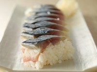 三崎のサバは身が厚く脂が乗っています。サバの〆具合を浅くしてあるので、生に近い味わいを楽しめます。(鯖の押し寿司のみお持ち帰り出来ません)