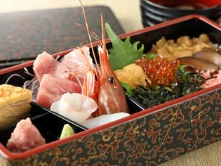 まぐろをはじめ、三崎でとれた新鮮な地魚が豊富に揃う