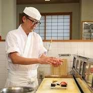 ゲストをがっかりさせないよう、喜んでもらえる料理をつくりたいという思いから、日々精進を重ねる岩野氏。忙しいときでも笑顔で接客することを心がけ、さらに、心地良い空間づくりも意識しているそうです。