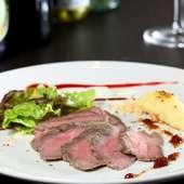 ガーリックと香辛料の風味を、赤身肉に凝縮させた『和牛のローストビーフ わさび添え』