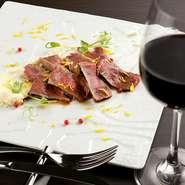 仕入れによって異なる肉をいただけるスペシャリテ。薄めに切られた肉はしっとりとした食感で、噛めばかむほど旨味があふれ出します。マディラソースとガルニチューノの相性も抜群です。