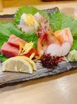 朝どれの新鮮な鮮魚を使用しております。 三種盛り980、五種盛り1500です。