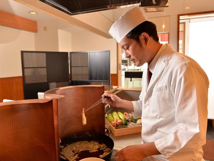 ゲストのタイミングや要望に合わせて供される、揚げたての天ぷら
