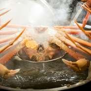 生は文字通り、まったくの生で提供。また、火を通す料理もレアの状態で仕上げるので、蟹のもっている旨味と肉汁が全て身の中にとどまり、驚くほどの美味しさに。芳醇な香りと濃厚な甘みにも出合えます。