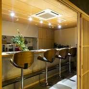 接待や大切な日の会食にオススメの個室は、6名ずつ利用できる部屋が4部屋あり、すべてを繋げると30名まで収容可能に。また、4名座れるカウンター席も、扉を閉めると完全個室になり、隠れ家的なスペースになります。