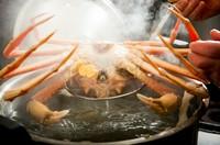 """""""熱を通して火を通さない""""調理法で、レアの状態に仕上げ、香りを存分に引き出した『浜茹 越前がに』"""