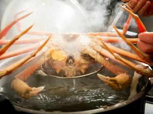 浅瀬で獲れた、味と甘みが濃厚な越前がにだけを使用