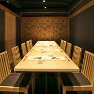 12名様まで利用可能な個室が完備。ビジネスシーンや家族のお祝いの席など、プライベートを大切にしたい会食に利用できます。和モダンな雰囲気が心を和ませ、料理が場を華やかに変えてくれることでしょう。