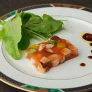 旬の魚介や野菜を出汁の風味で閉じ込めたメニューです。食べるごとに異なる食感、素材の組み合わせで生まれる美味しさのハーモニー。季節の味を楽しく味わえる逸品です。