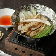 旬を迎えた松茸の美味しさを余すことなく楽しめる一品です。鍋に火を入れると漂う芳しい松茸の香り、口に含めば旨みがフワッと広がり、さっぱりとしたポン酢が素材の美味しさを引き立てます。