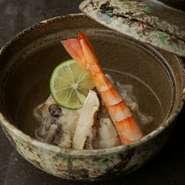 旬を迎え、旨みが増したきのこをふんだんに使った一皿。きのこの旨みを大根おろしで包み込み、フワッとやさしい美味しさに。添えられた海老の食感が、料理に楽しさを与えてくれます。