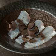 新鮮な平目とトリュフの融合。淡泊な平目の刺身が風味豊かな逸品へと昇華し、奥深い上品な味わいを楽しめます。
