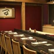 カウンターや個室など、多彩なシーンで利用ができます。日本酒やワインなど、お酒の種類が豊富な点もうれしいところ。優美な空間で好みのお酒を味わいながら過ごす贅沢な時間。デートや友人との会食におすすめです。