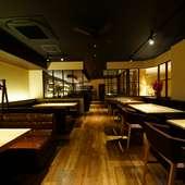 和歌山でも最大級の広さを誇る店内。重厚なテーブルもこの広さ