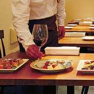 寛いで食事ができるよう配慮されているため、リラックスした雰囲気で食事を味わいたいときにおすすめ。バルのような楽しい空気が広がる店内で、豊富な種類から選べるワイン片手に、大切な人との会話も弾みます。
