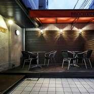 日よけ付きのテラス席がありランチはもちろんのこと、夜もムード満点でおすすめ。開放感があるテラス席は、京都観光の食事や仕事帰りの一杯、家族との食事にもぴったりです。