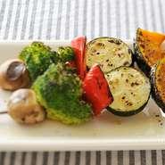 備長炭の遠赤外線効果で中までふっくらと焼きあがったお肉のほか、旬の野菜もたっぷり使用。栄養学に基づいた食材が選ばれているため、理想的な組み合わせのメニューを味わえます。